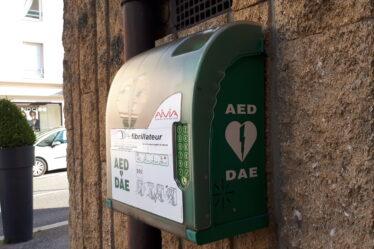 À Écully, au nord-ouest de Lyon, un défibrillateur (DAE) à l'extérieur de la mairie.