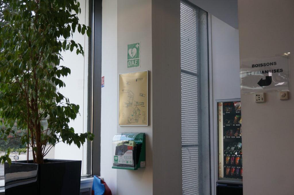 Au cinéma d'Écully, au nord-ouest de Lyon, le défibrillateur (DAE) est installé à l'intérieur du centre.